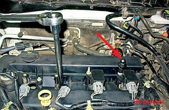 Длякрепежа катушек нужна высокая головка «на8». Бочонки-опоры накладки двигателя (стрелка) сильно незатягиваем, иначе могут потрескаться. Хотя наних есть шестигранник подключ, лучше затянуть отруки.
