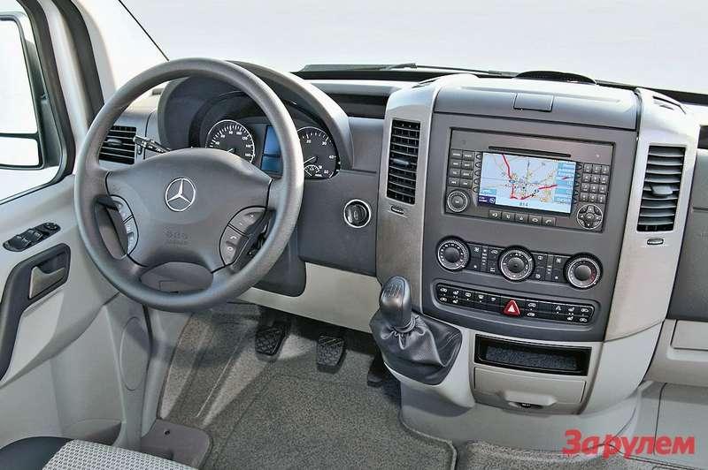 Sprinter последнего поколения радует эргономикой места  водителя. Аназаказ ставят даже GPS-навигатор...