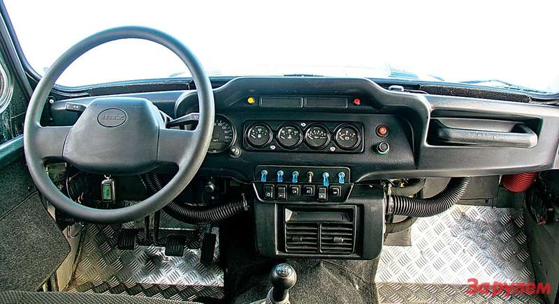 В этой машине кроме китайского мотора стоит еще кондиционер собственной разработки компании «Дартех». Его испаритель отлично вписался внебольшие габариты отопителя «Хантера».