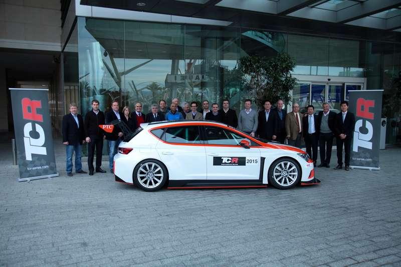 Рядом сновым SEAT Leon класса TCR собрались представители 12стран, поддержавших новую серию
