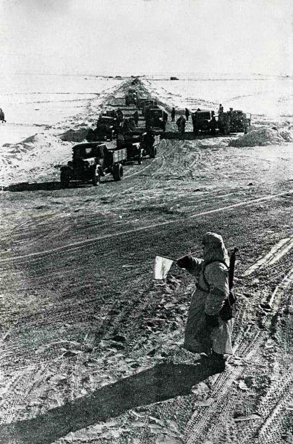 Военно-автомобильная дорога №101, ВАД-101 протяженностью (польду) 32км, была полностью оснащена всем, что полагалось прифронтовой транспортной артерии. Поскольку ульда, как улюбого другого материала, накапливается усталость, задве ледовые эпопеи пришлось проложить до3000 новых километров зимника