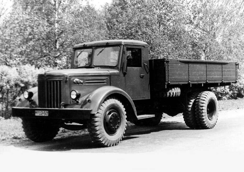 МАЗ-200с профилями зубров набоковинах капота. Зубр— самый крупный зверь белорусских лесов, стал символом Минского автозавода.