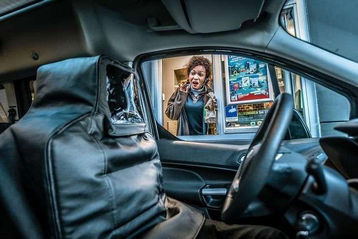 Машина едет, аводителя нет— как наэто реагируют люди?