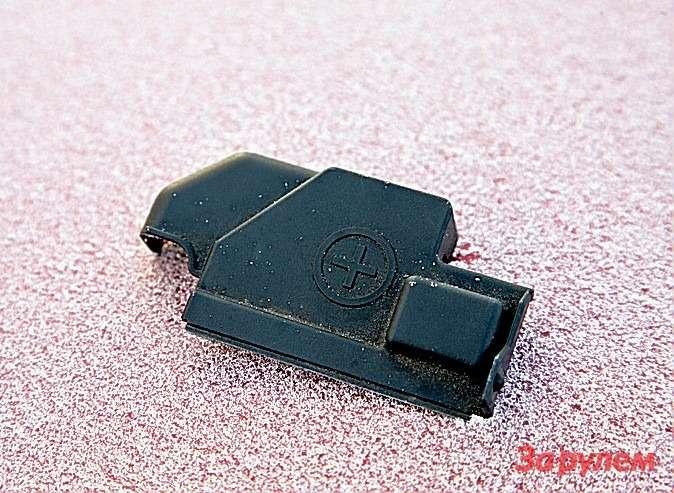 Осторожно: подкапотом «Поло» очень хрупкий наморозе пластик. Механик просто попытался подобраться кклемме аккумулятора.