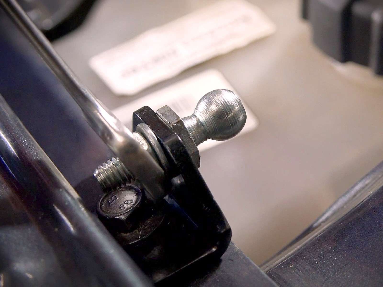 Ставим сами газовые упоры капота наЛаду— просто ибыстро— фото 968910