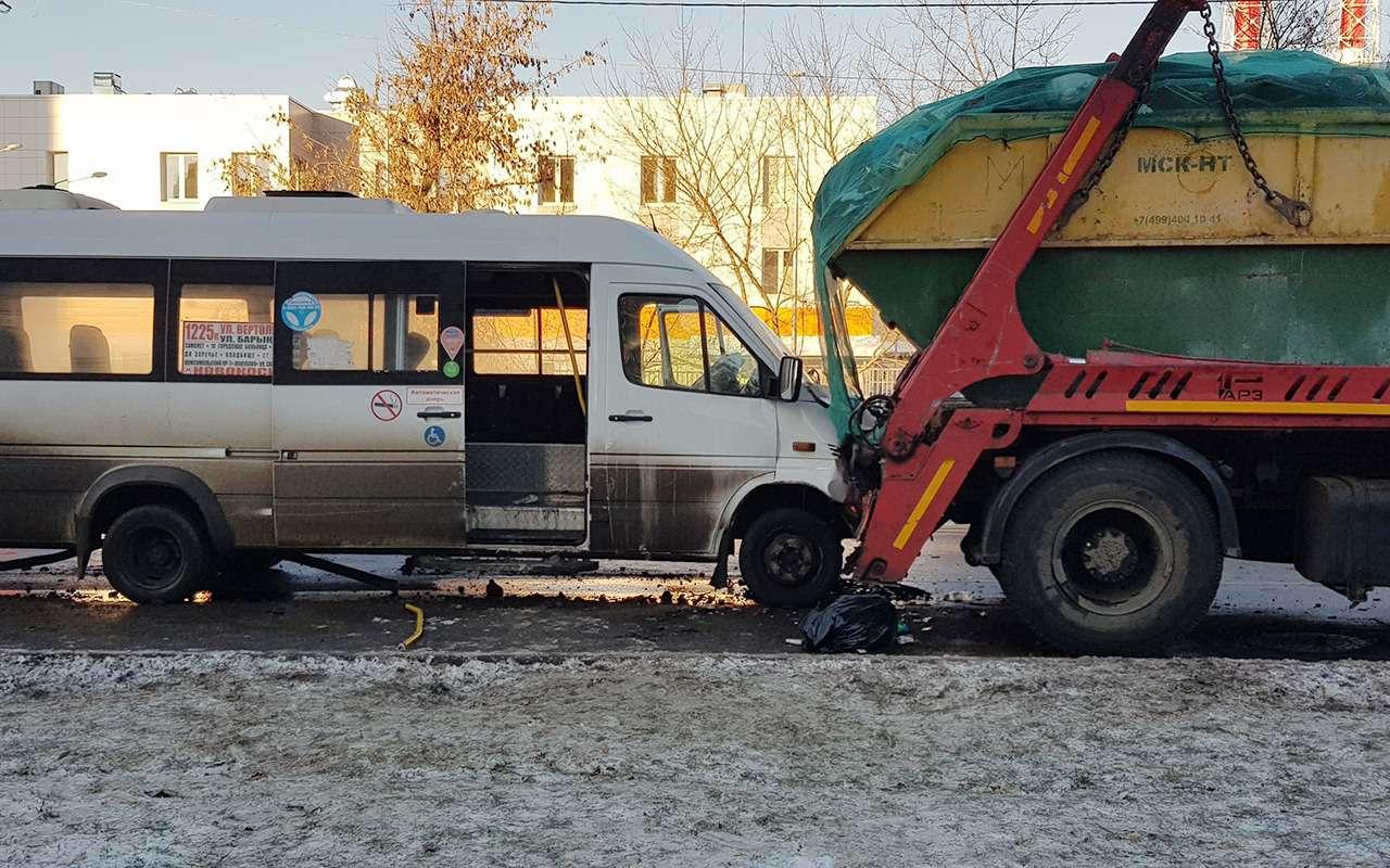 В Москве маршрутка столкнулась смусоровозом. Есть раненые— фото 927396