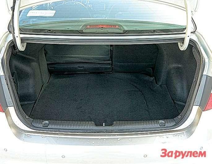 Объем багажника «Рио», понашим замерам, 440л. Спинка багажника складывается встандартной пропорции 2:1.