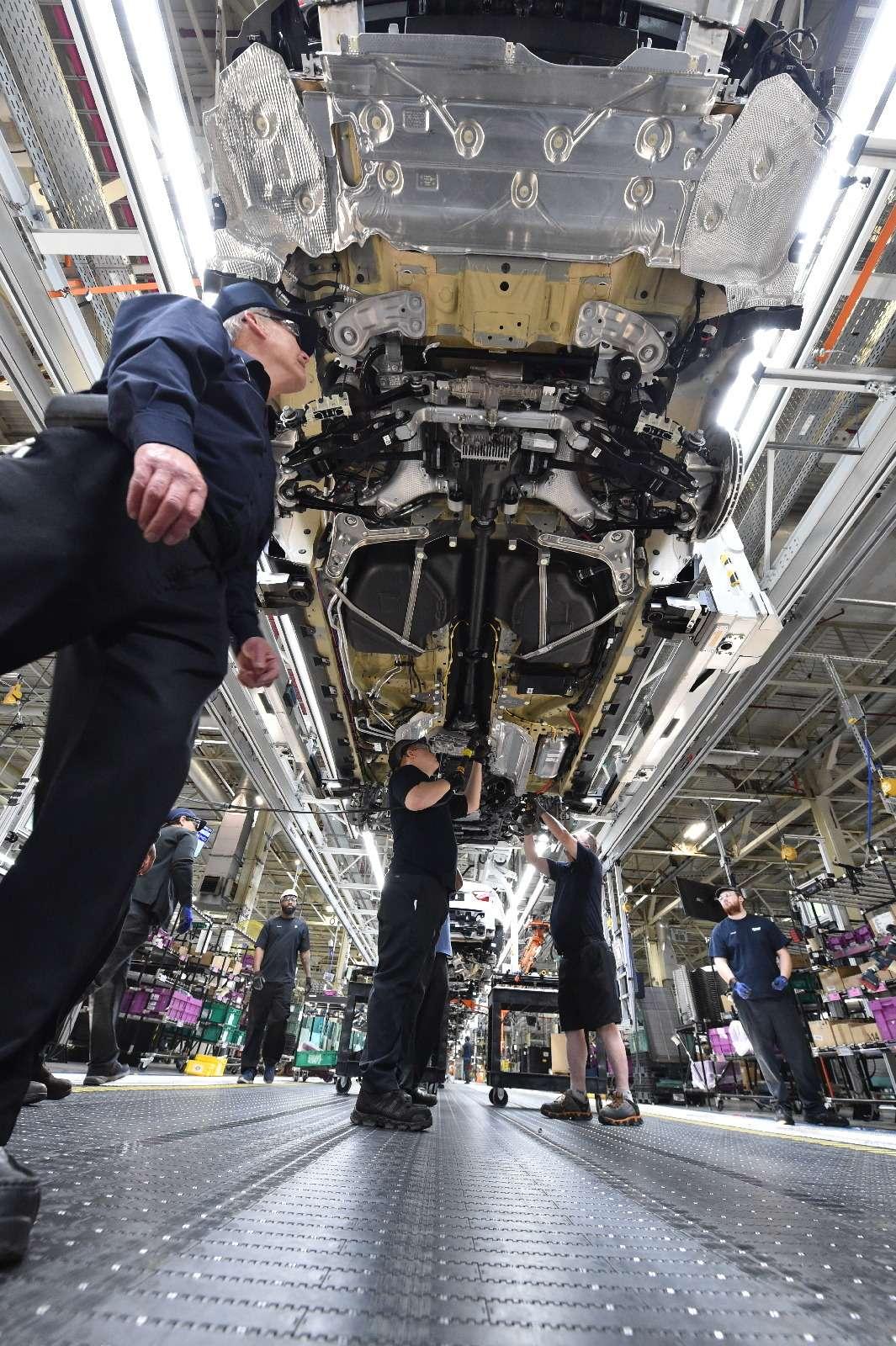BMWX7встал наконвейер (нокупить его пока нельзя)— фото 828439
