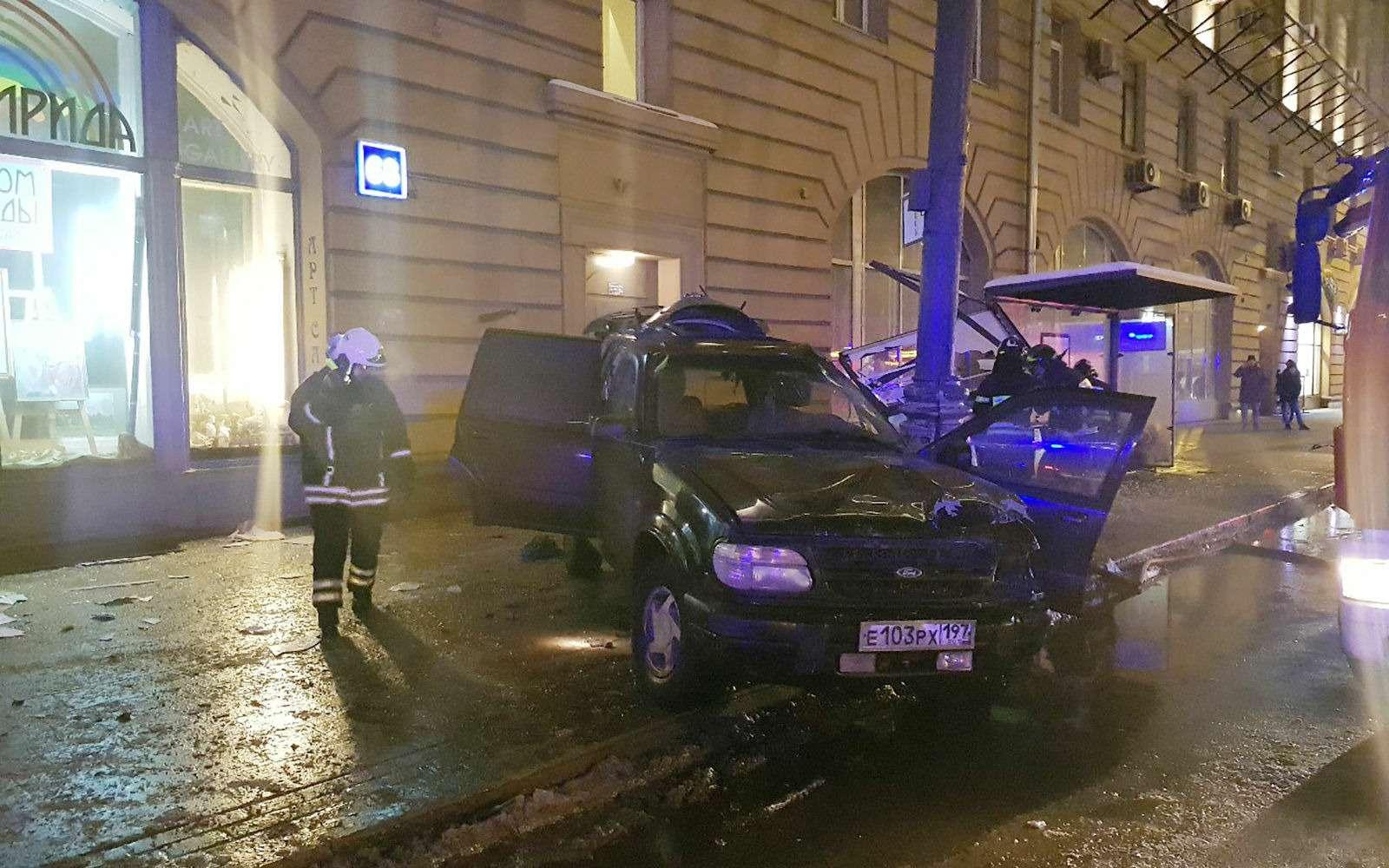 Страшное ДТП вМоскве: спасатели обнаружили труп пассажира вбагажнике— фото 839009