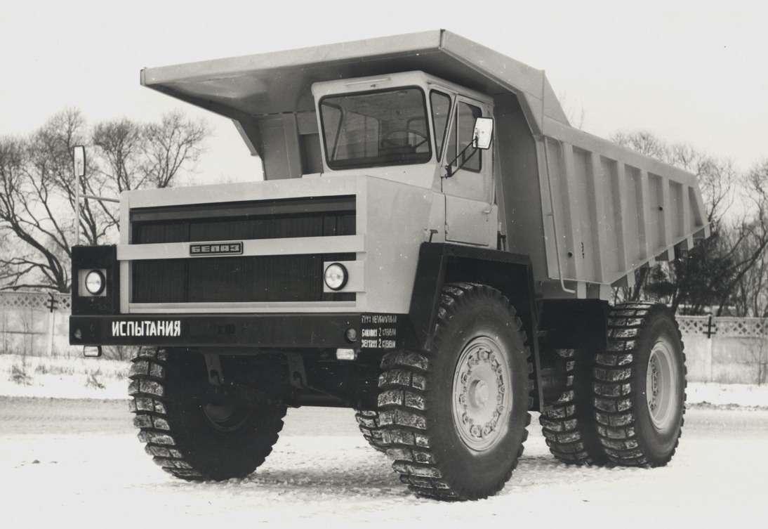 Самосвал БелАЗ-7523 грузоподъемностью 42т— развитие БелАЗ-538А (БелАЗ-7522— преемник 540А). В1985 году автомобили были усовершенствованы иполучили четырехзначный индекс согласно новому ГОСТу