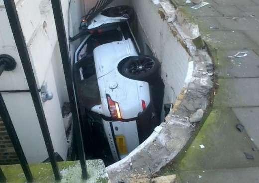 Женщина «удачно» припарковала свой Range Rover вподвал