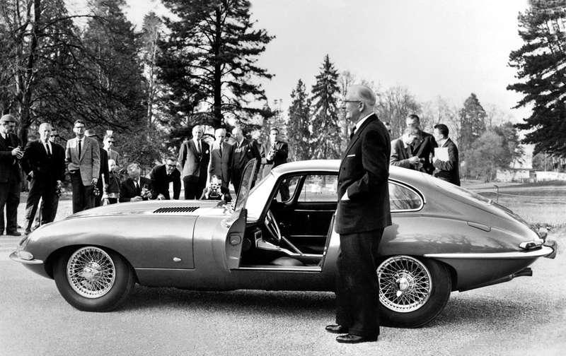 СэрУильям Лайонс представляет журналистам легендарный Jaguar E-Type впарке Дез О-Вив вЖеневе 15марта 1961 года, задень дооткрытия Женевского автосалона