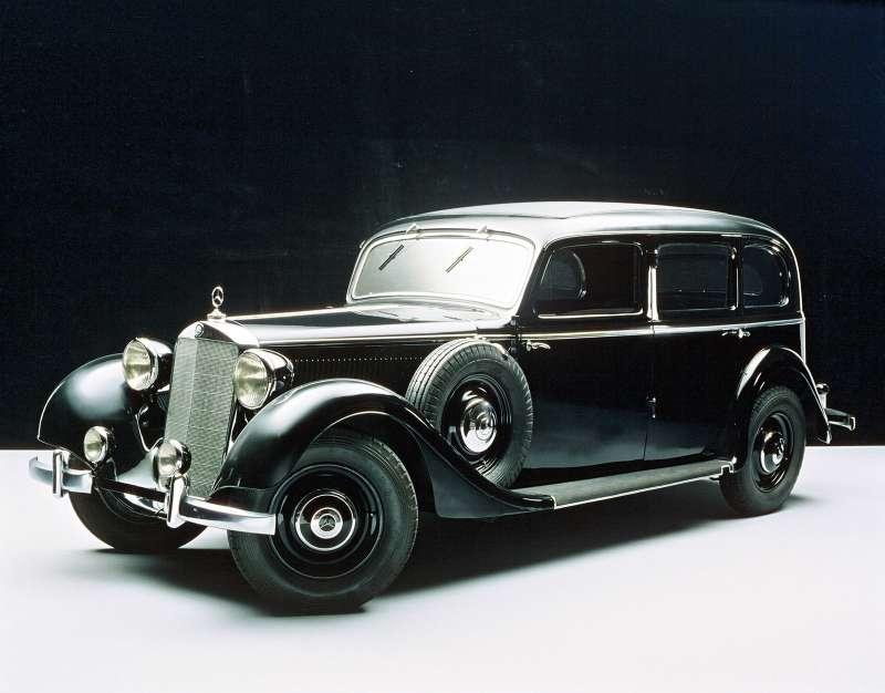 Mercedes-Benz 260D (W138) скузовом пульман-лимузин, рестайлинговый вариант 1937 года. Отличался измененной облицовкой радиатора, меньшими фарами, расширенной колеей, баком вместимостью 50против прежних 38л. В1938 году автомобиль получил полностью синхронизированную четырехступенчатую коробку передач.