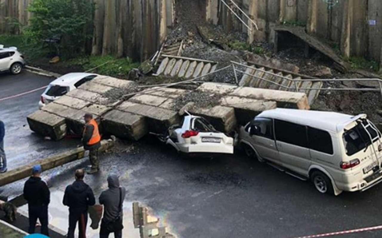 Машины расплющены бетонными блоками: циклон воВладивостоке— фото 976975