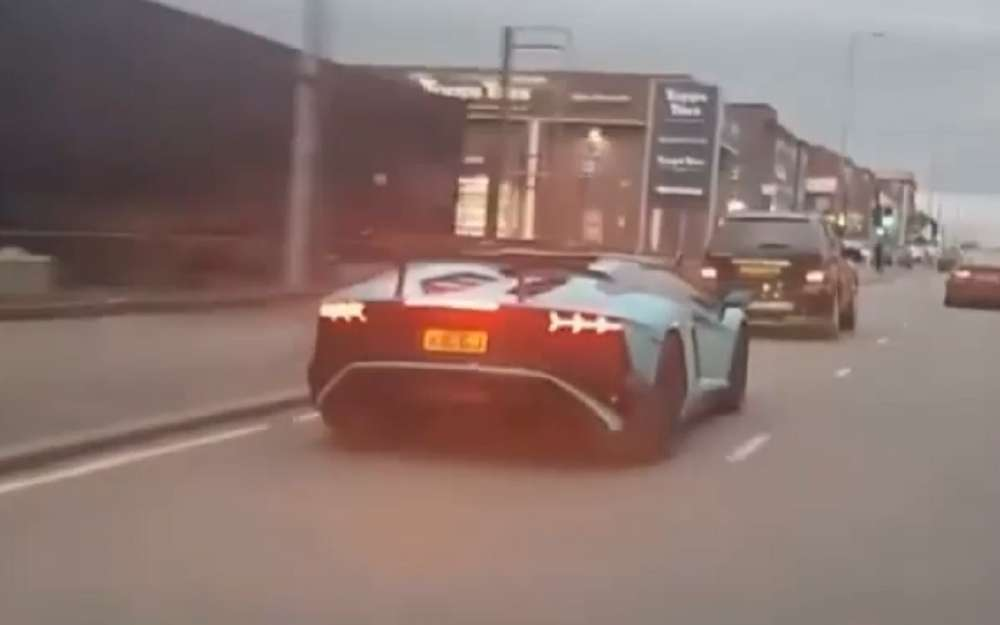 smTo4g5IHXhvOekCVby 3A=h625 - Водитель намалолитражке врубился вLamborghini исбежал (видео)