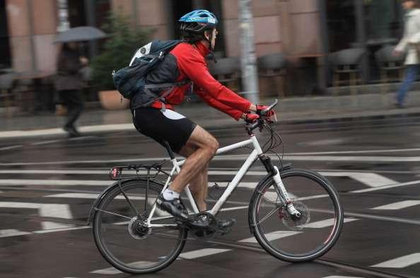 Велосипедист едет повелодорожке