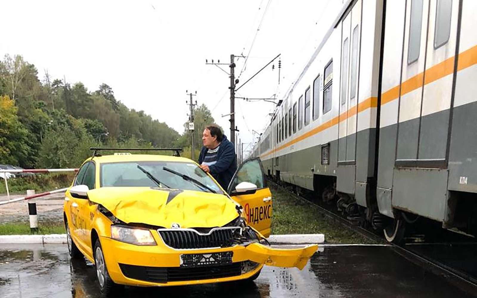 Водитель Яндекс.Такси протаранил электричку— фото 908900