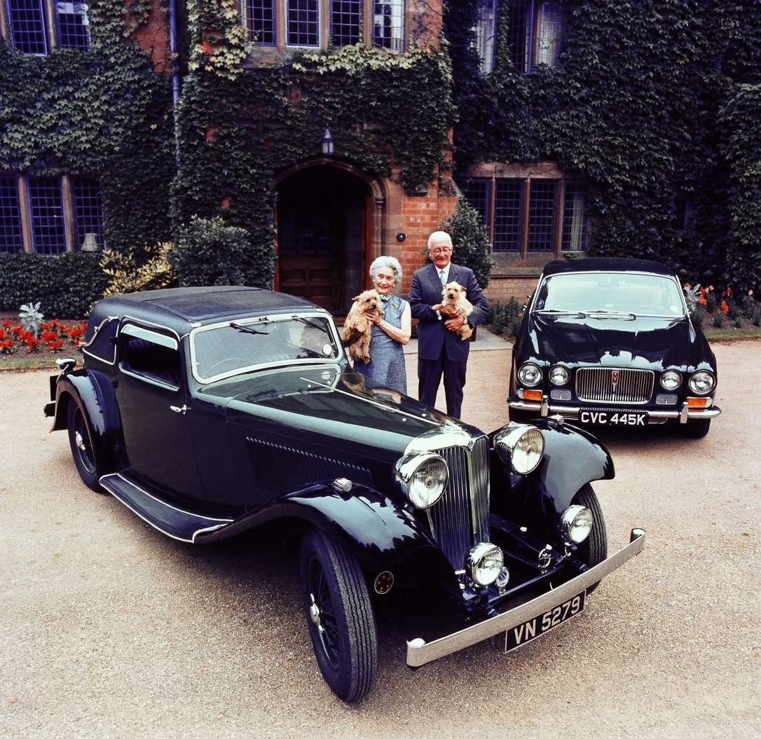 Чета Лайонсов слюбимыми терьерами возле первого автомобиля, SS1(1931-1936гг.) имодели XJ6(1968-1973гг.). УГреты иУильяма Лайонсов было две дочери, Патрисия, родившаяся в1927-м, иМэри, 1937 года рождения. Сын Джон Майкл, появившийся насвет в1930-м, в1955-м погиб вавтокатастрофе, когда поехал вЛеМан смотреть, как будут выступать машины отца. (Jaguar D-Type победил вабсолютном зачете.) Супруга переживет Уильяма Лайонса нагод