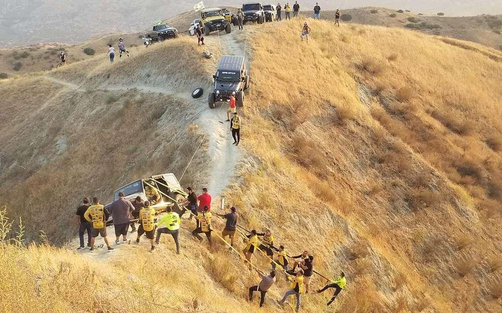 Повисший нагребне Jeep спасли. Руками иканатами