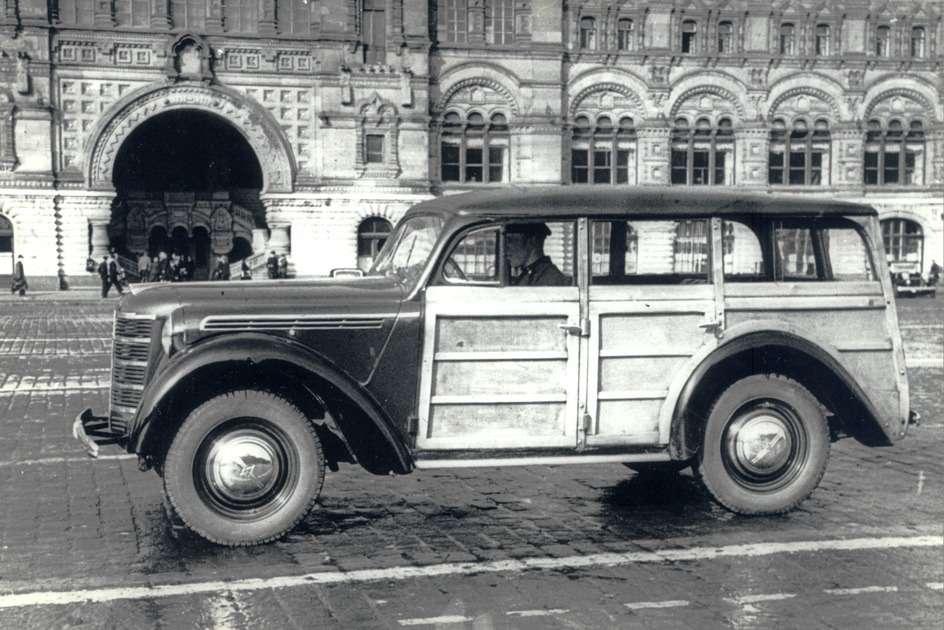 В немецком городе Хемниц были сконструированы образцы сдеревянно-металлическим кузовом универсал. Снимок сделан весной 1947 года после показа нескольких  вариантов «Москвичей» вКремле представителям партии иправительства. Фото Н.Ситникова, РГАКФД