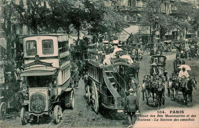 Прошлое встречается с настоящим: автобус Brillié-Schneider Р2 и конный омнибус. Репродукция с почтовой открытки начала ХХ века.
