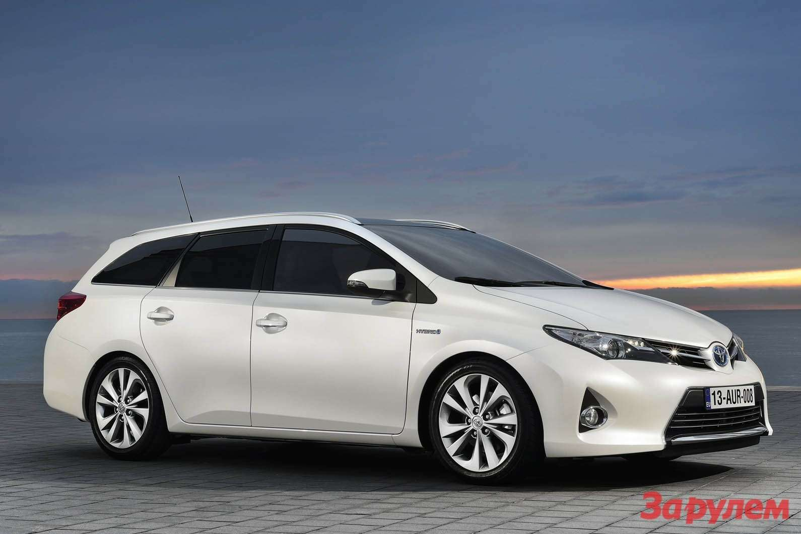 Toyota Auris Touring Sports side-front view