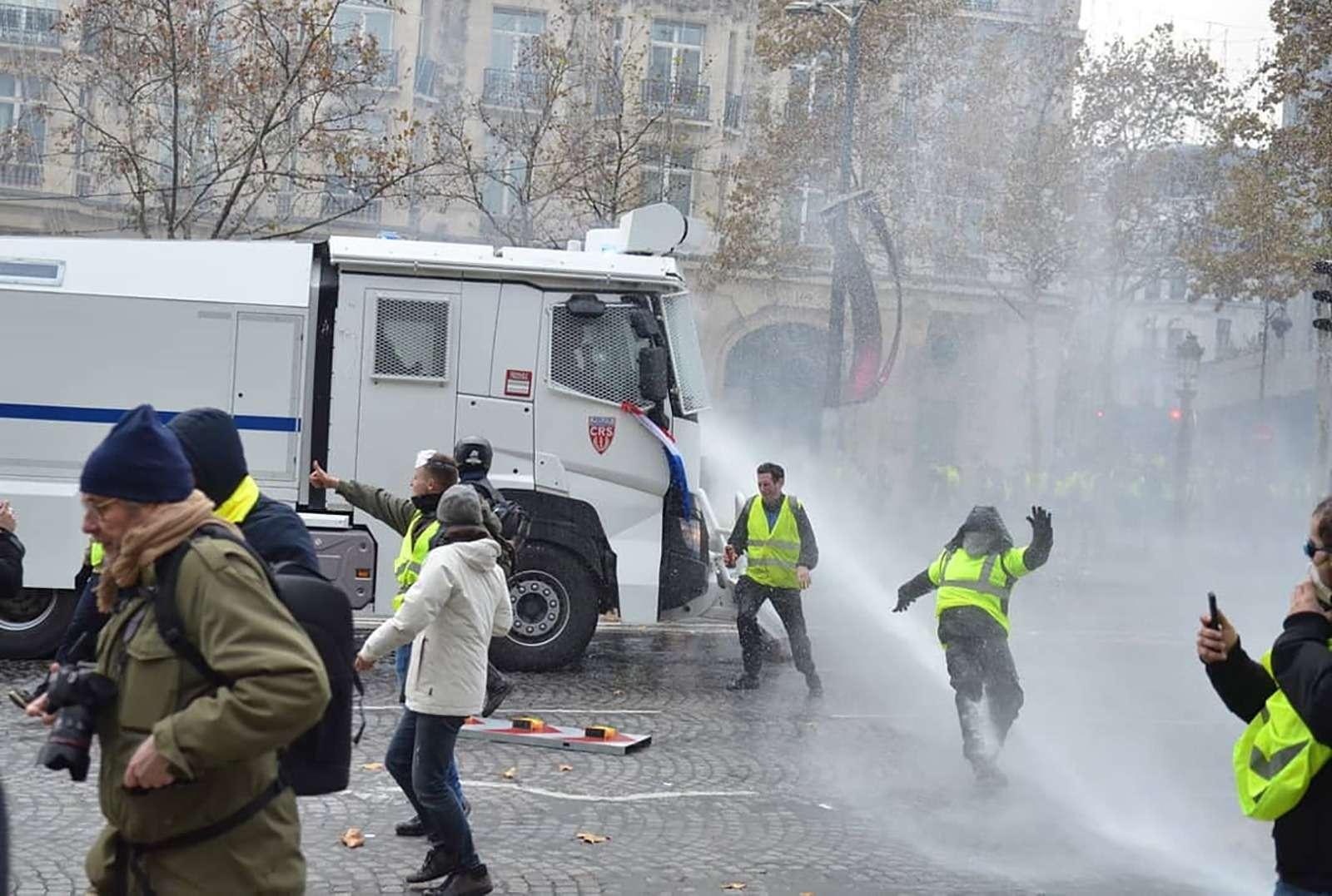 Какфранцузы протестуют против роста цен натопливо: баррикады против водометов— фото 926163