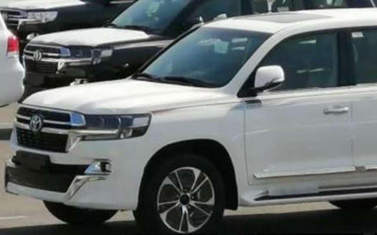 Обновленный Toyota Land Cruiser 200: первые фото— фото 1139216