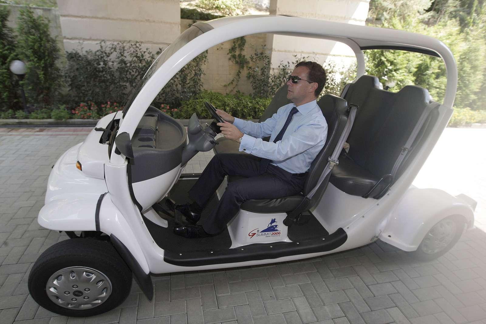 Любимые машины Дмитрия Медведева: откомбайна доАуруса— фото 945809