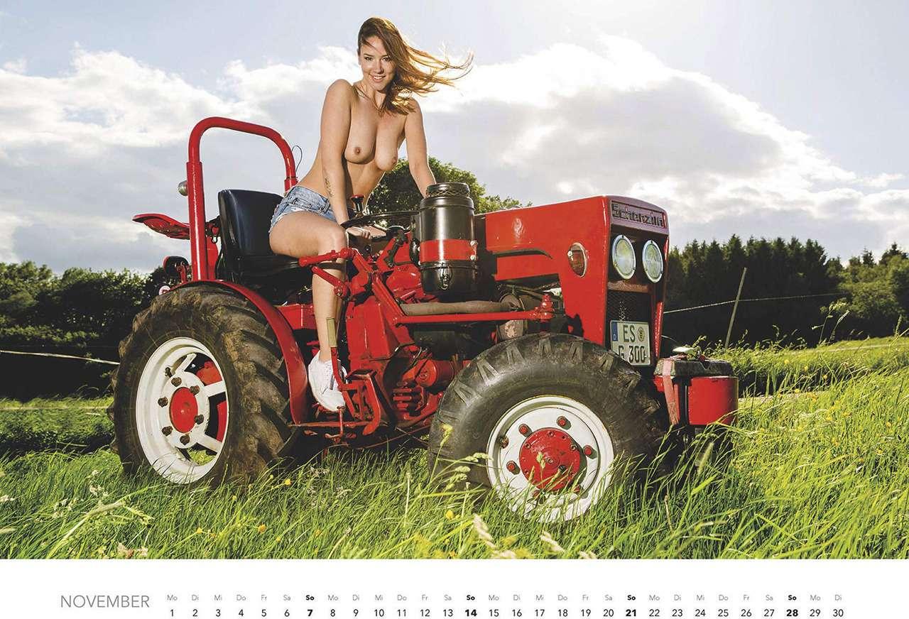 Первый календарь на2021год: не очень одетые трактористки (18+)— фото 1196278