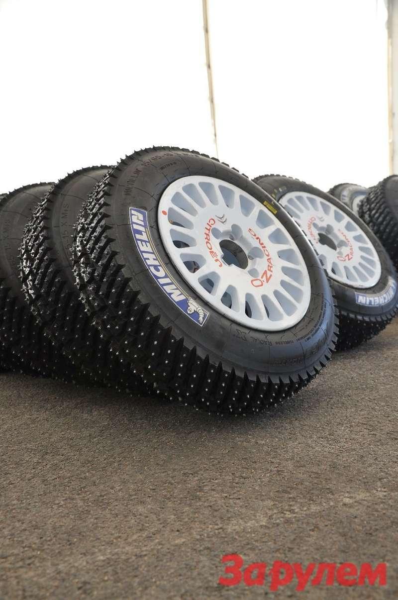 У зимней покрышки Michelin X-Ice Nord ассиметричный рисунок протектора и384 шипа. Внутренняя часть протектора покрышки отвечает засцепление спокрытием, внешняя— закурсовую устойчивость.
