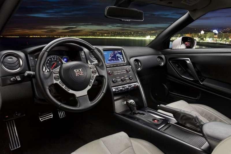 В салоне Nissan GT-R