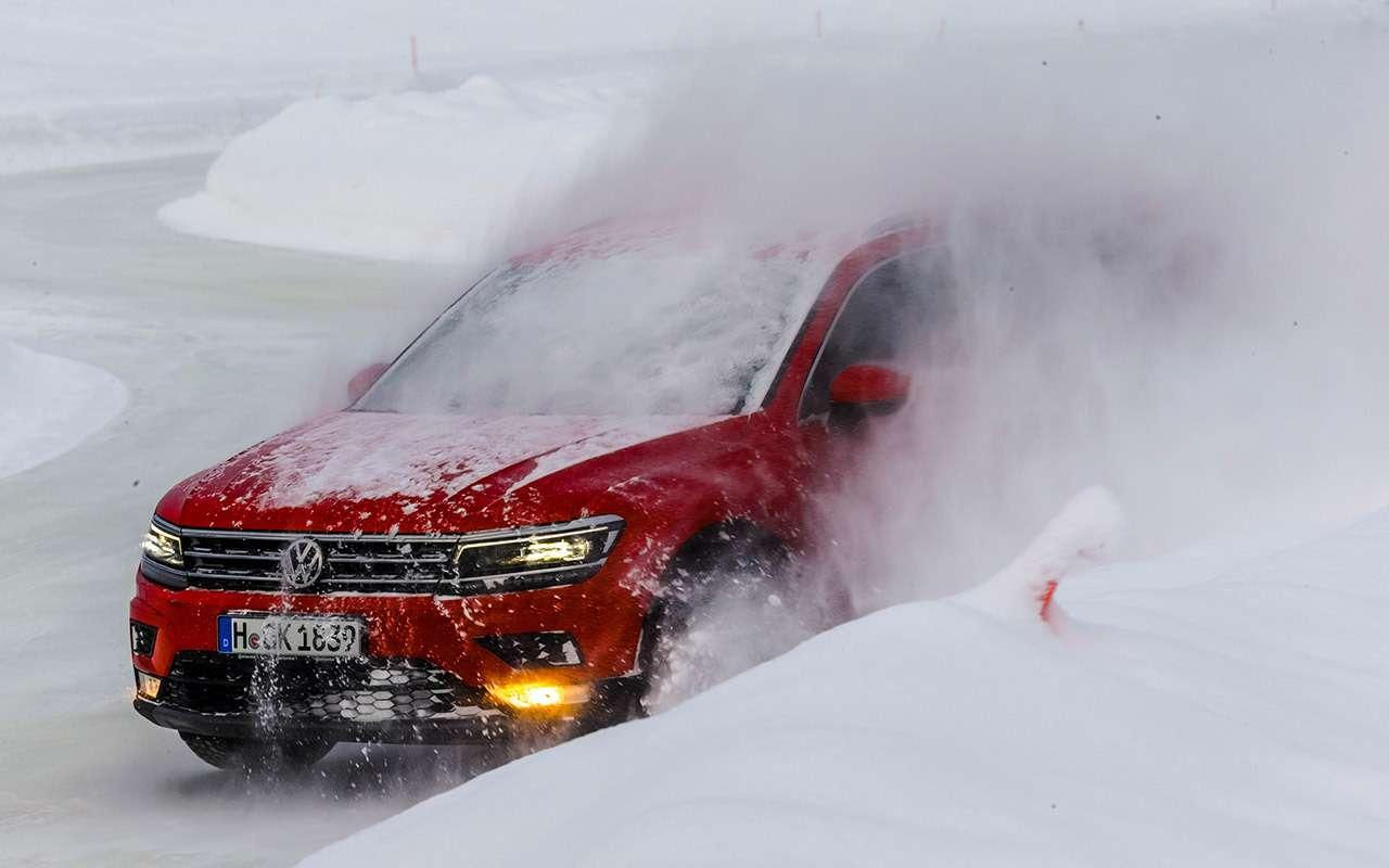 Контакт автомобиля сбруствером– ипридется выйти натрассу управляемости сметлой: налед осыпался снег.