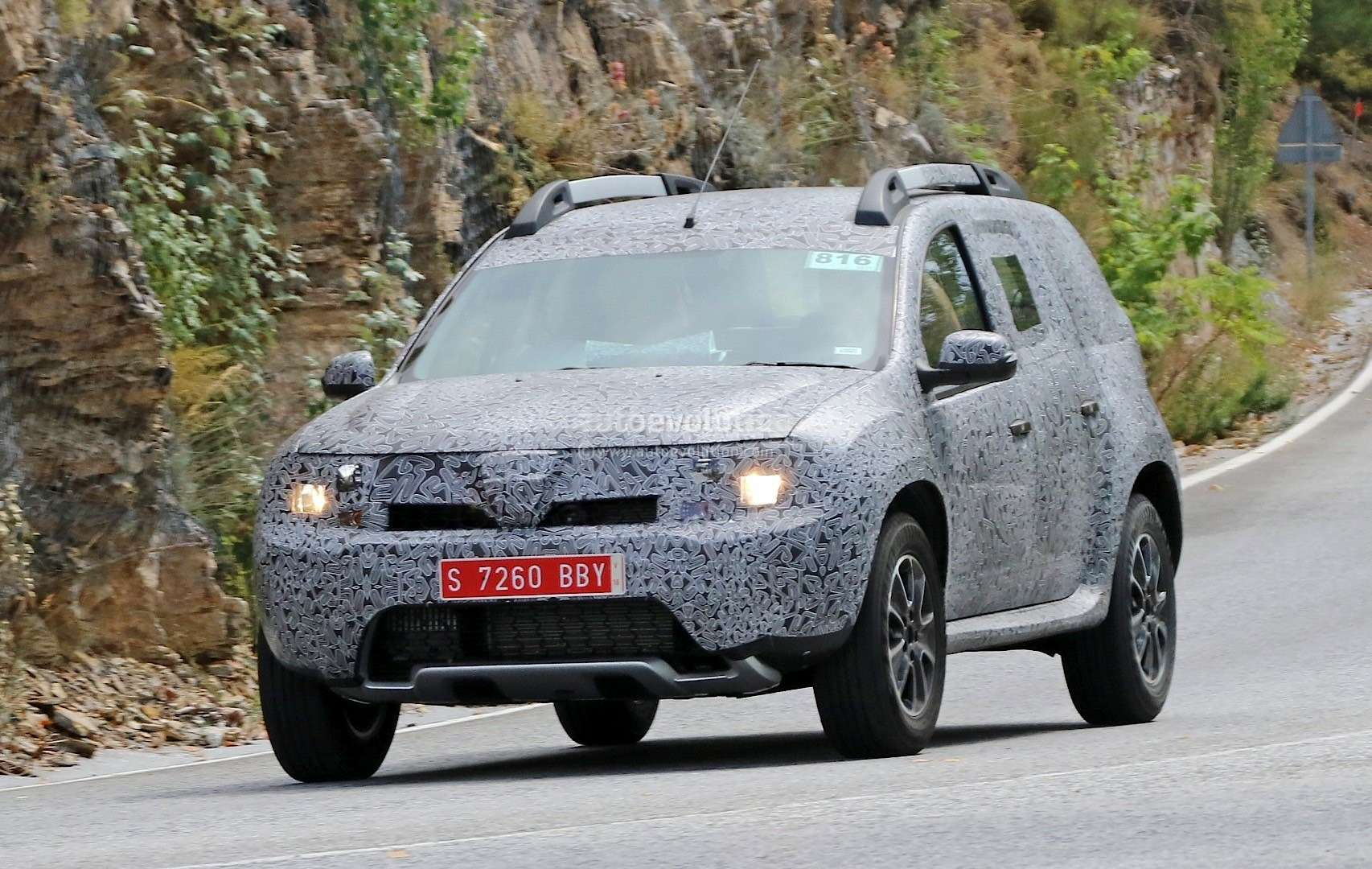 all-new-dacia-duster-caught-in-first-spyshots-plus-dacia-novelties-for-frankfurt-photo-gallery_3