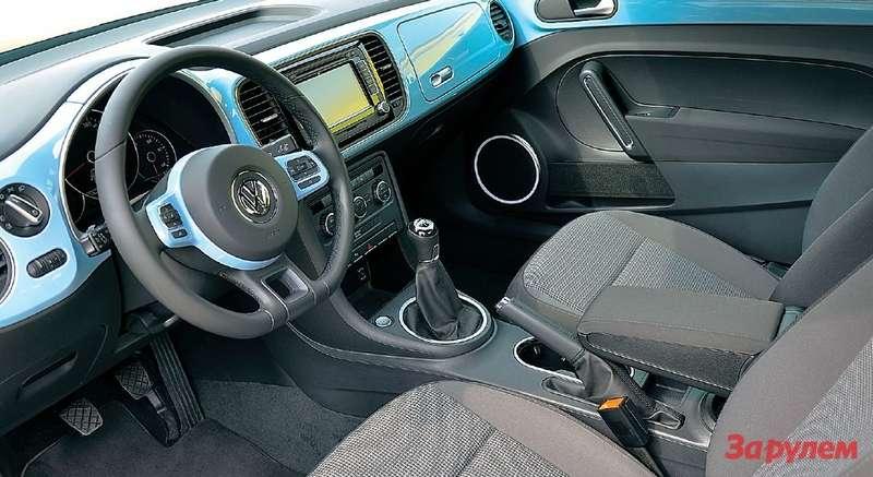 Цветная передняя панель повторяет колер кузова. Голубые вставки наруле идверях тоже попадают вобщую палитру. Сиденья могут быть тканевыми или кожаными.