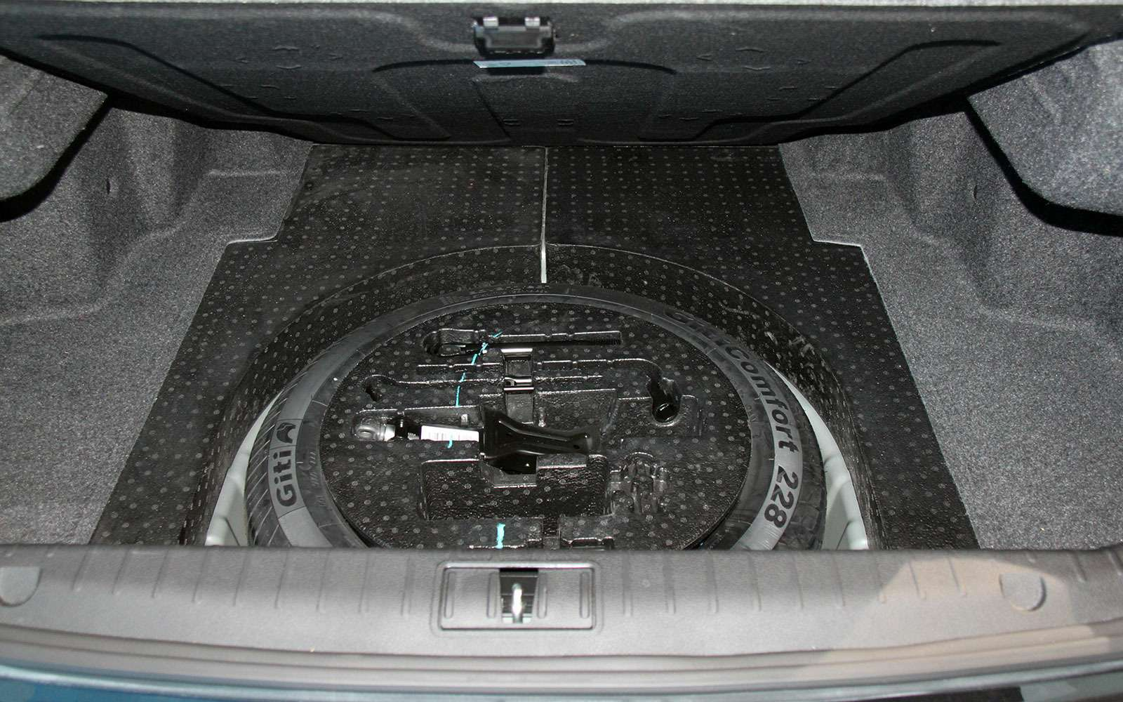 Запасное колесо седана Geely Emgrand GT