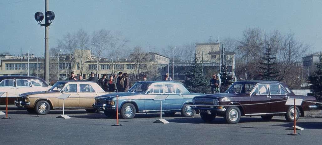 В 1970-е годы новые разработки особенно никто нескрывал: опытные образцы ГАЗ-3101и ГАЗ-3102 вместе стекущей продукцией завода иисторическими машинами навыставке перед родным предприятием. Фото Владимира Носакова