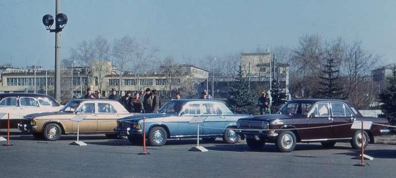 В 1970-е годы новые разработки особенно никто не скрывал: опытные образцы ГАЗ-3101и ГАЗ-3102 вместе стекущей продукцией завода иисторическими машинами навыставке перед родным предприятием. Фото Владимира Носакова