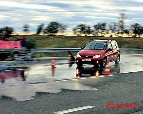 Дляуменьшения погрешности измерений, вызванной человеческим фактором, всю серию упражнений выполняет только один водитель.  Заглубиной «лужи» при испытаниях постоянно следит оператор системы орошения.