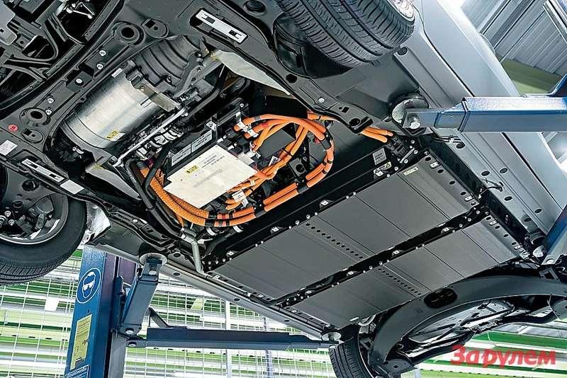 Альтернатива зарядке— экспресс-замена разряженных аккумуляторов «полными» наспециализированных станциях. Удобно ибыстро, новнашем случае понадобится переделать весь автомобиль— скомпоновать батареи иначе, предусмотреть дляних легкосъемный поддон или отсек судобным доступом. Ктому жееще не готова инфраструктура. Поэтому пока будем подзаряжаться, аэкспресс-замену прибережем дляперспективных моделей.