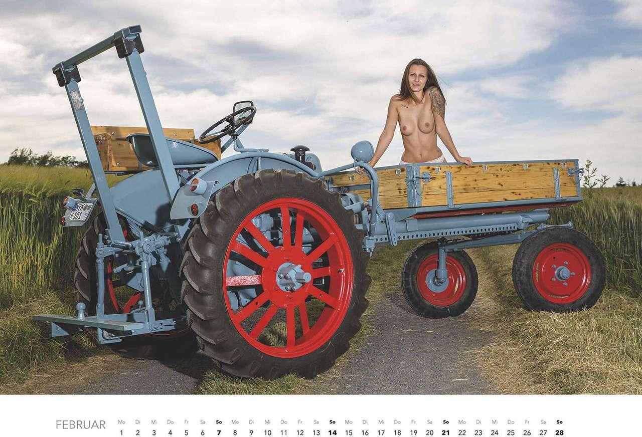 Первый календарь на2021год: не очень одетые трактористки (18+)— фото 1196282
