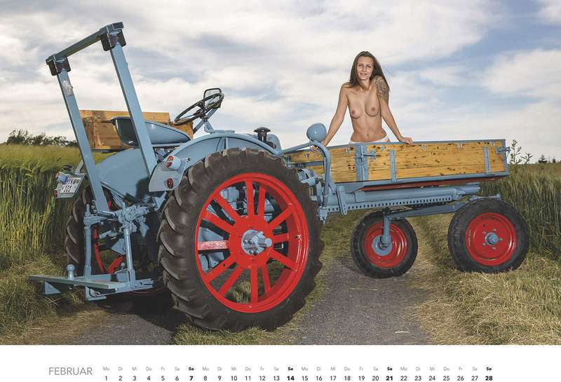 Первый календарь на2021год: неочень одетые трактористки (18+)