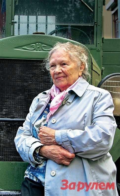 Вера Ивановна Рябинина загружала автомобили продовольствием дляблокадного Ленинграда.