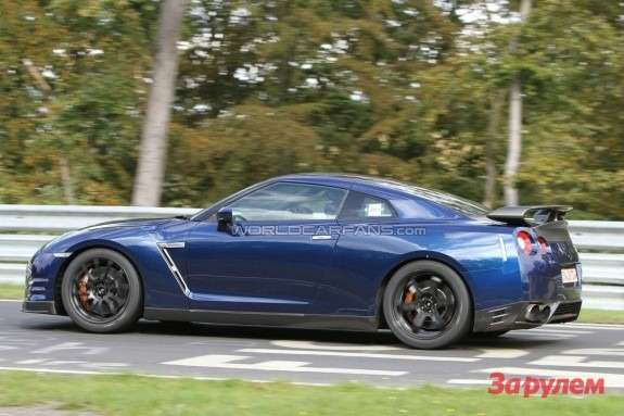 Hot Nissan GT-R side view