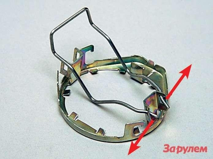 Чтобы скоба лучше держалась впетлях, отогните кончики встороны (понаправлению стрелок). Для левой фары имеет смысл переставить скобу впротивоположные петли держателя.