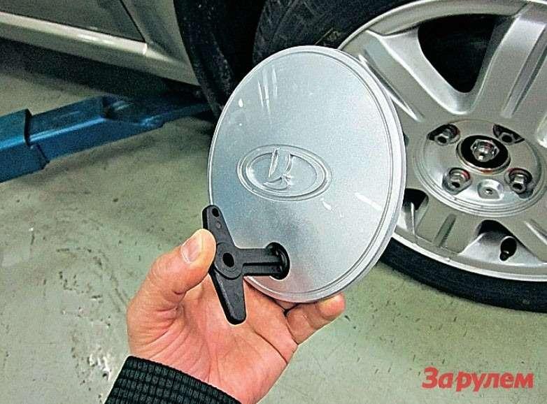 Колпаки фирменных литых дисков крепятся болтами-секретками. Ключик (весьма удобный) дилеры кладут вбардачок. Жаль, что пробка бензобака не имеет подобного заслона отворюг.