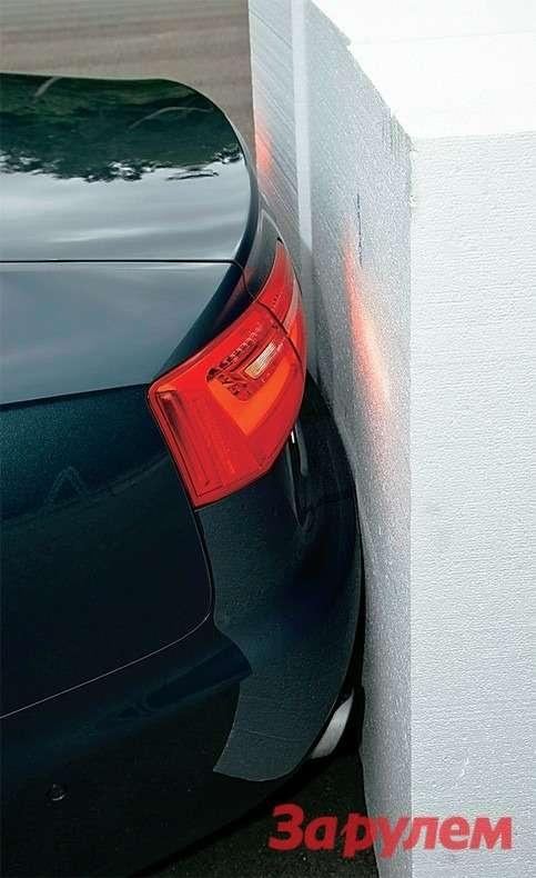 Парктроник оповещает опрепятствии, докоторого не более 1,5м. Непрерывный сигнал звучит, когда остается менее 0,3м. Насколько еще продвинуться, решает водитель.