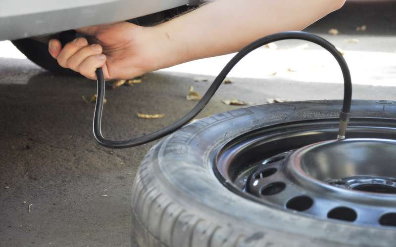 Какнакачать колесо без насоса? 5мифов и2рискованных способа