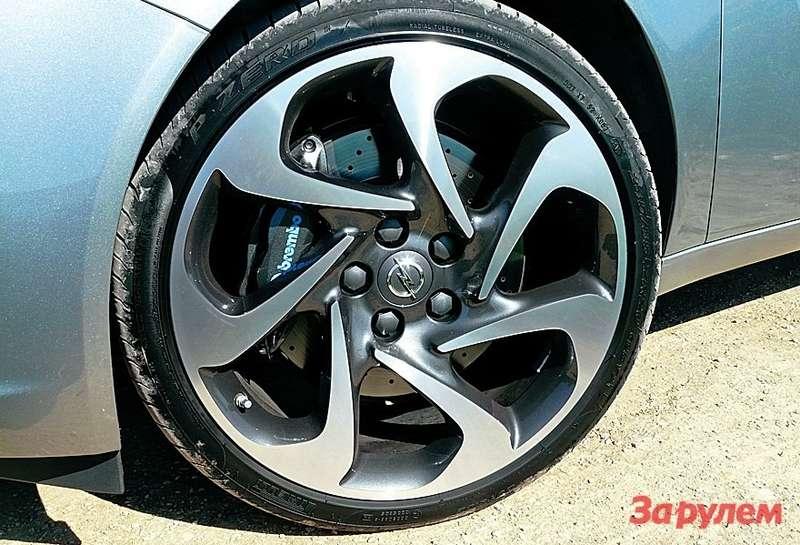20‑дюймовые колеса, тормоза «Брембо» сперфорированными дисками— это точно дизельный «Опель»?