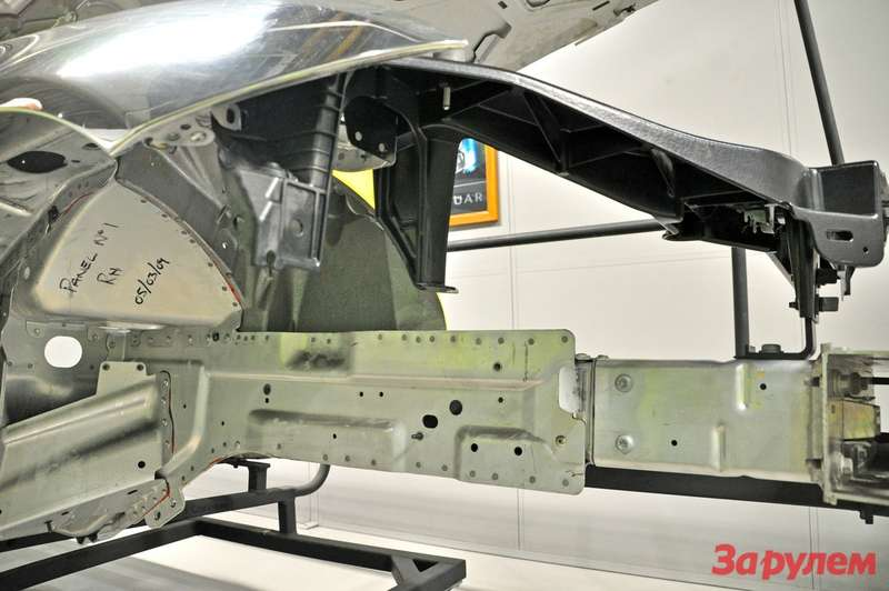 Передняя деформируемая часть крепится наболтах, упрощая ремонт после ДТП
